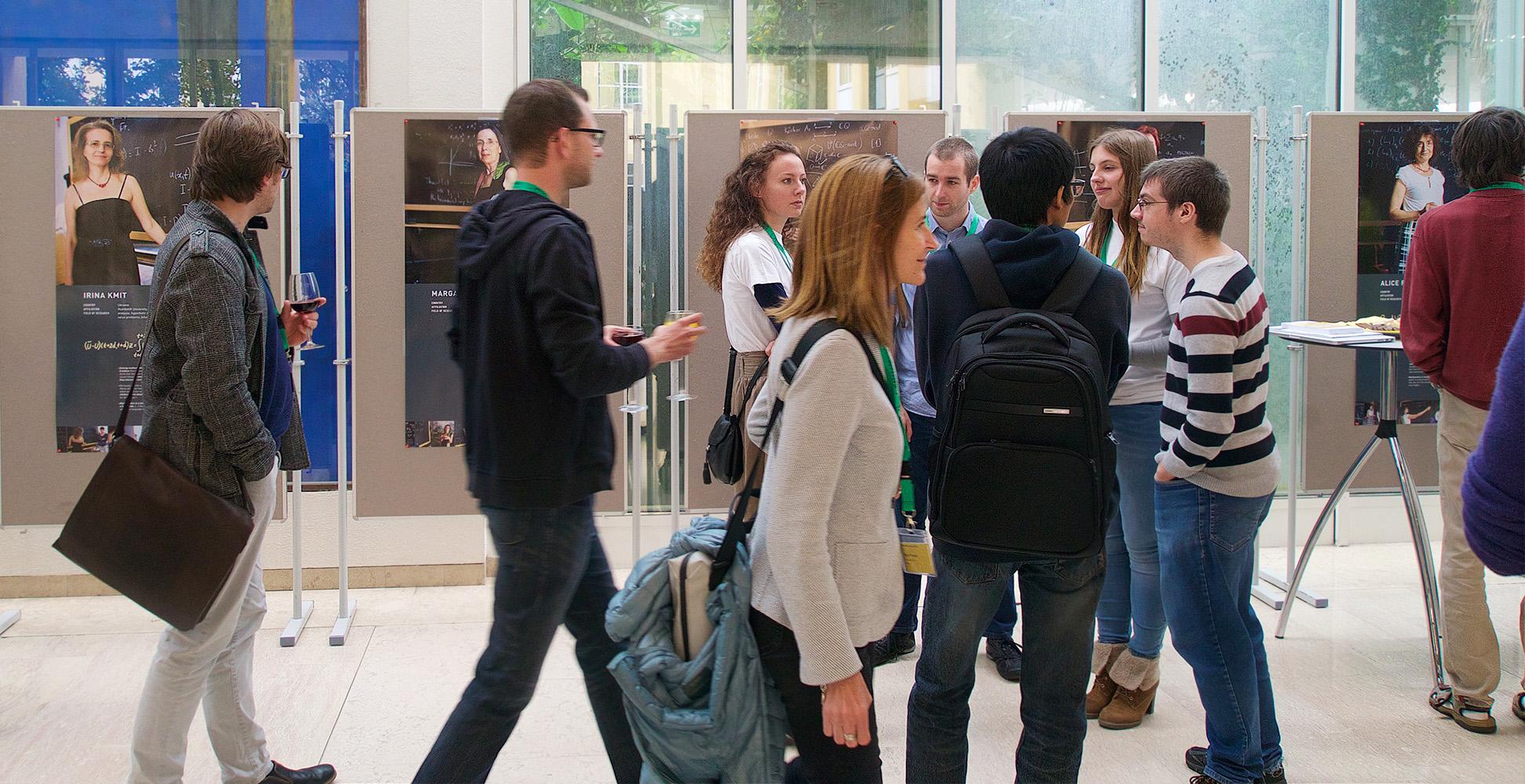 Teilnehmer/innen des ÖMG-DMV-Kongresses besichtigen die Ausstellung